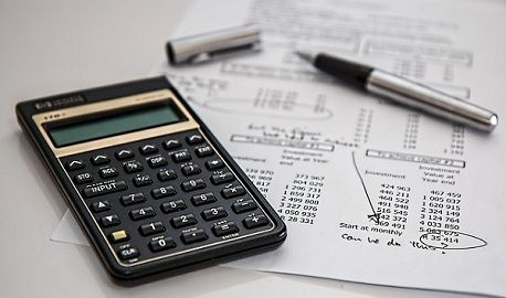 what is the difference between financial accounting and management accounting